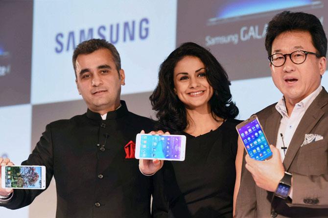 बॉलीवूड अभिनेत्री गुल पनाग हिने मंगळवारी नवी दिल्ली येथे समसंगच्या 'द नेक्स्ट गॅलक्सी' फोनचे अनावरण केले. (छाया-पीटीआय)