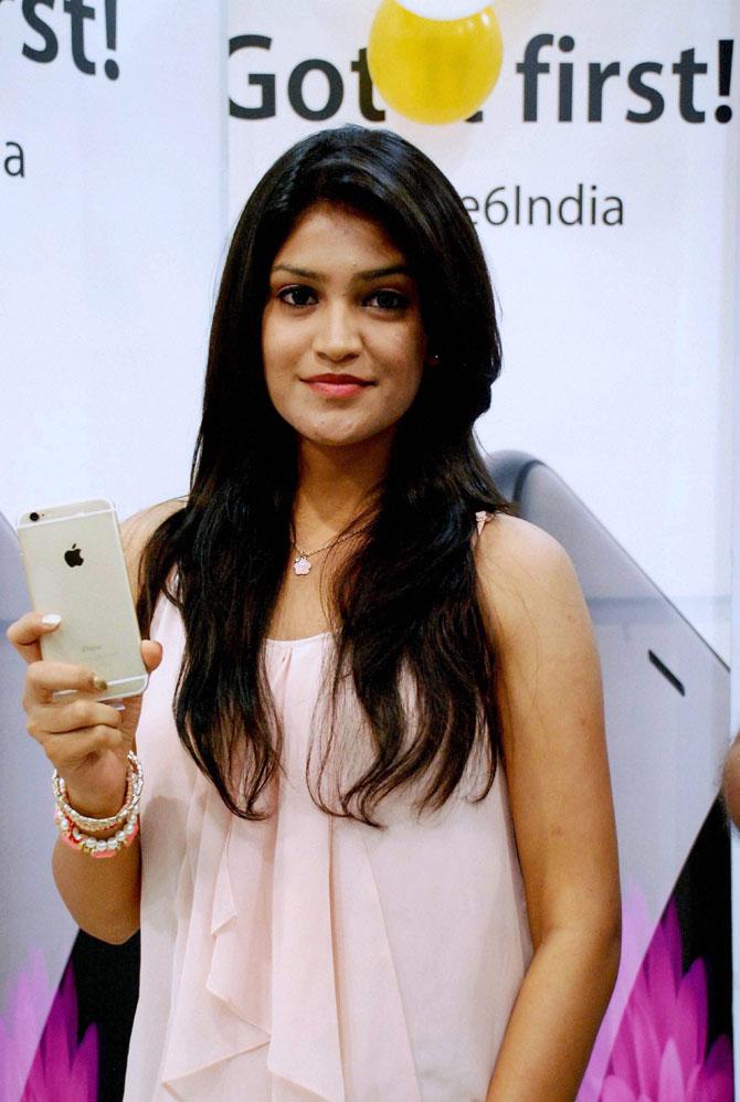 अभिनेत्री कृपाली हिने हैदराबाद येथे भारतातील पहिल्या 'आयफोन ६' चे अनावरण केले. (छाया-पीटीआय)