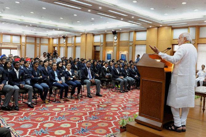 पंतप्रधान नरेंद्र मोदी यांनी मंगळवारी नवी दिल्ली येथे आशियाई क्रीडा स्पर्धेतील पदक विजेत्यांशी संवाद साधला. (छाया-पीटीआय)