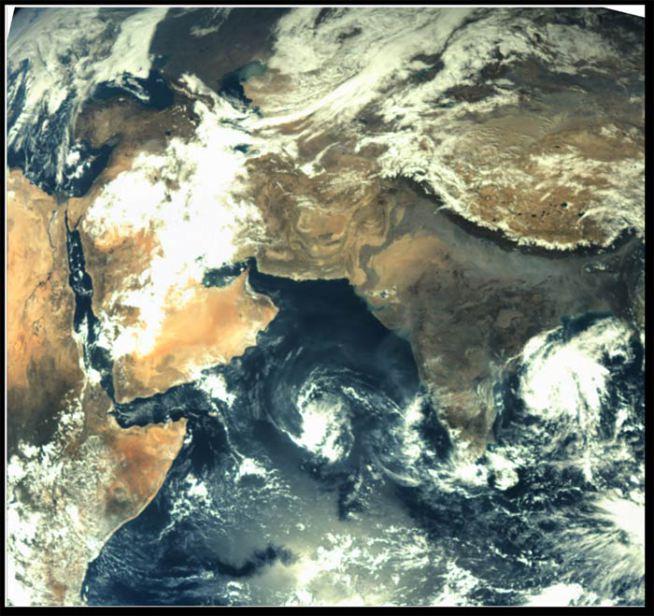 उड्डाण घेतल्यानंतर मार्स ऑरबिटरने १९ नोव्हेंबर २०१३ ला टिपलेले पहिले छायाचित्रे. (छाया- इस्रो)