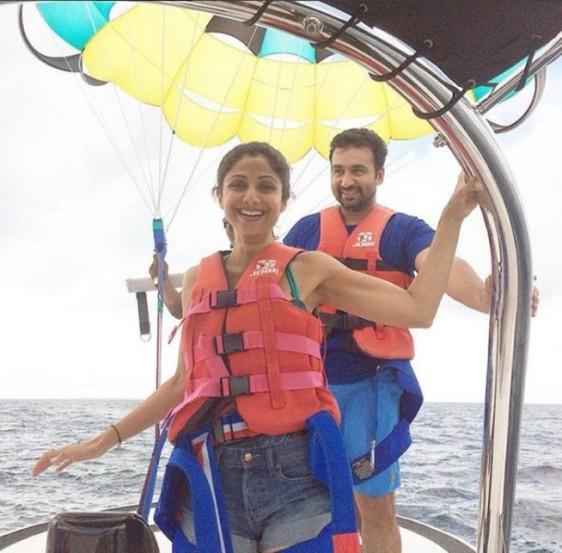 मालदीवच्या समुद्रात शिल्पाने अनुभवला पॅरासेलिंगचा थरार.(छाया- इंस्टाग्राम)