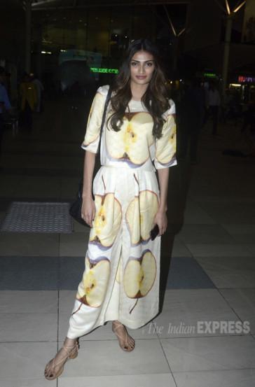 सफरचंदाची नक्षी असलेला स्कर्ट टॉप अथियाने परिधान केला होता. (छायाः वरिन्दर चावला)