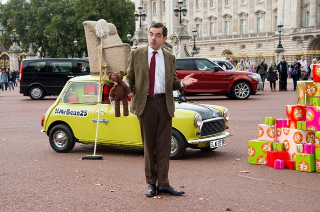 मि.बीनची भूमिका साकारणाऱया रोवॉन अटकिन्सनने मालिकेला २५ वर्षे पूर्ण झाल्याच्या निमित्ताने लंडनच्या बकिंगहॅम पॅलेसबाहेर फोटोसेशन केले. तसेच आपल्या चाहत्या वर्गाचे आभार देखील व्यक्त केले. (एपी)