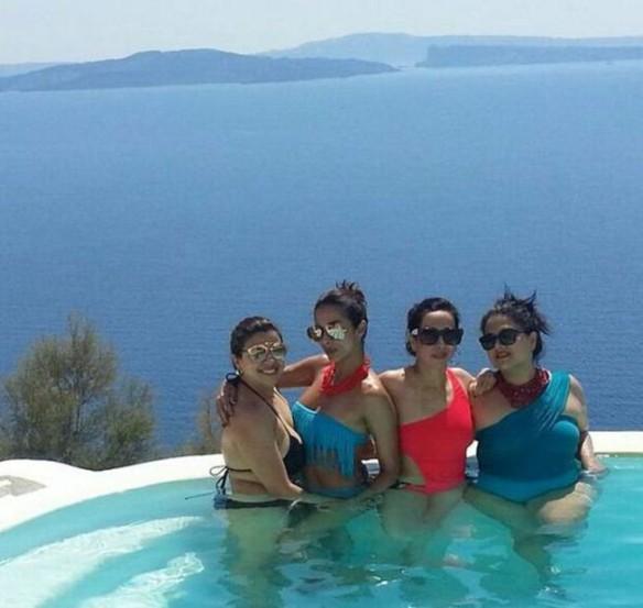 ग्रीसमधील एका सुंदर 'पूल'मध्ये मलायकाने आपल्या मैत्रिणींसोबत टीपलेले आणखी एक हॉट छायाचित्र. (छाया- इंस्टाग्राम)