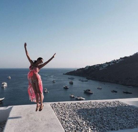ग्रीस भेटीत मलायका यावेळी विविध रंगसंगतीच्या आकर्षक बिकनींमध्ये दिसून येत आहे. नुकतेच मलायकाने कपड्यांचे ऑनलाईन स्वरूपातील स्टोअर देखील सुरू केले आहे. (छाया- इंस्टाग्राम)