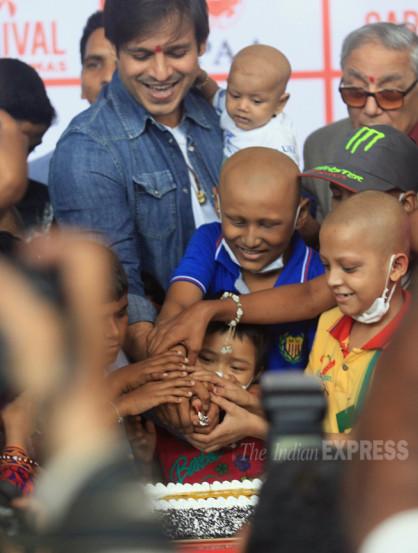 मुंबईतील आयमॅक्स सिनेमागृह येथे विवेक ऑबरॉयने कर्करोगग्रस्त मुलांसह आपला वाढदिवस साजरा केला. (छायाः गणेश शिर्सेकर)