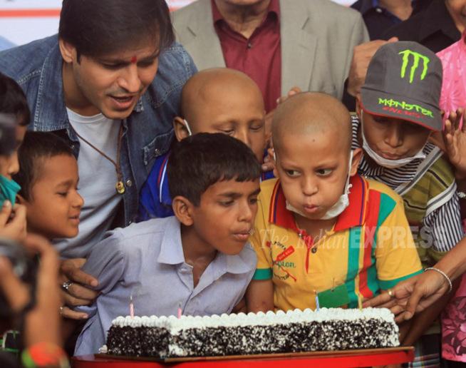 दरवर्षी विवेक आपला वाढदिवस कर्करोगग्रस्त मुलांसह साजरा करतो.