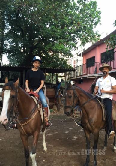 कंगनाही तितक्याच आवडीने आणि मेहनतीने घोडेस्वारी शिकत आहे.