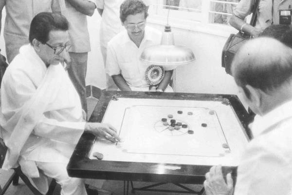 शिवसेना नेते सुभाष देसाई, मनोहर जोशींसोबत कॅरमबोर्ड खेळताना बाळासाहेब ठाकरे.