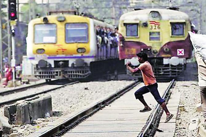 Train accident, Death, Mishap, Local train, Mumbai, Railway, Loksatta, Loksatta news, martahi, Marathi news