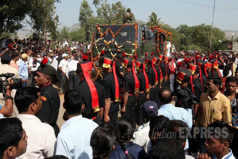 सह्याद्रीच्या कुशीत वसलेल्या पोगरवाडीत शहीद संतोष महाडिक यांच्यावर लष्करी इतमामात अंत्यसंस्कार करण्यात आले.