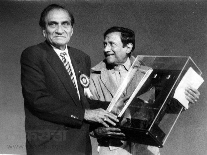 अभिनेते देव आनंद दिग्दर्शक बी.आर.चोप्रा यांच्या हस्ते पुरस्कार स्विकारताना. (एक्स्प्रेस फोटो)