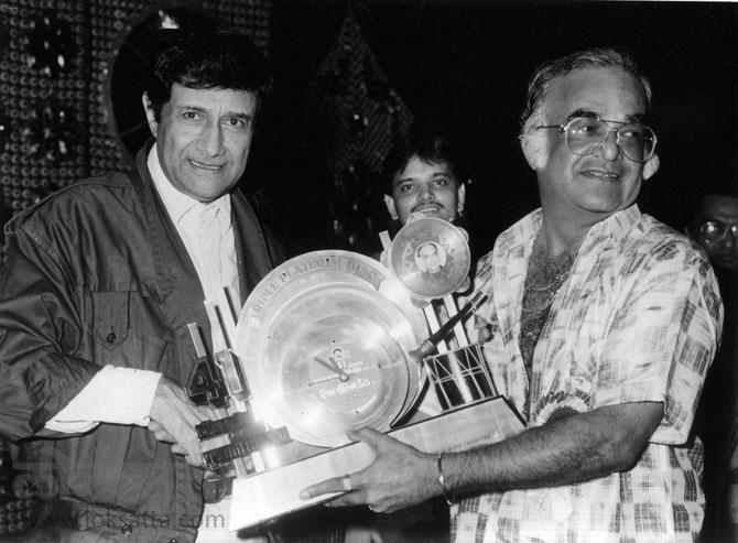 ट्रीपल प्लॅटिनम डिस्क पुरस्कार सोहळ्यात प्रमुख पाहुणा म्हणून देव आनंद उपस्थित राहिले होते. त्यांच्या हस्ते के भारत यांचा सन्मान करण्यात आला. (एक्स्प्रेस फोटो)
