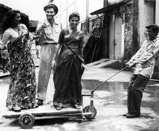 अभिनेत्री शैला रामानी आणि कल्पना कार्तिकसोबत चित्रपटाच्या सेटवर धम्माल करताना देव आनंद. (एक्स्प्रेस फोटो)
