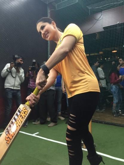 क्रिकेटविषयी मला जास्त कळत नाही, मात्र मास्टर ब्लास्टर सचिन तेंडुलकर मला खूप आवडतो, असे सनी लिओनीने म्हटले आहे. (छाया- वरिन्द्र चावला)