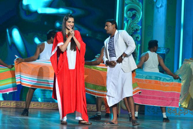 सोनम आणि संगीताकडून अभिनयाकडे वळलेला शेखर रावजीयानी हे दोघे नुकताचं प्रदर्शित झालेल्या 'नीरजा' चित्रपटाच्या प्रसिद्धीकरिता 'चला हवा येऊ द्या'च्या मंचावर पोहचले होते.