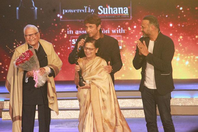 ज्येष्ठ अभिनेते रमेश देव हे पाहिल्या वहिल्या मराठी फिल्मफेअर अवॉर्डच्या जीवनगौरव पुरस्काराचे मानकरी ठरले.