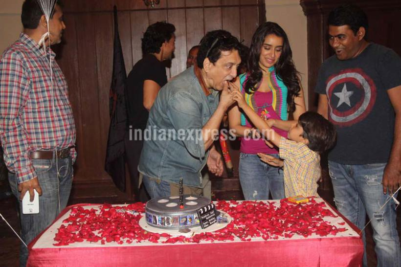 साजिद यांना केक भरवताना बालकलाकार आर्यन प्रजापती.( छाया : वरिन्दर चावला )