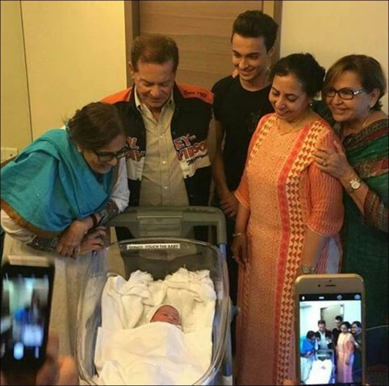अभिनेता सलमान खानची बहीण अर्पिता खानने बुधवारी सकाळी मुंबईतील हिंदुजा हेल्थकेअर रुग्णालयात चिमुकल्या बाळाला जन्म दिला. अर्पिताचा पती आयुष शर्माने ही गोड बातमी शेअर करत बाळाचे नाव 'अहिल' ठेवण्यात आल्याचेही सांगितले. नव्या पाहुण्याच्या आगमनामुळे खान कुटुंबामध्ये आनंदाचं वातावरण आहे.