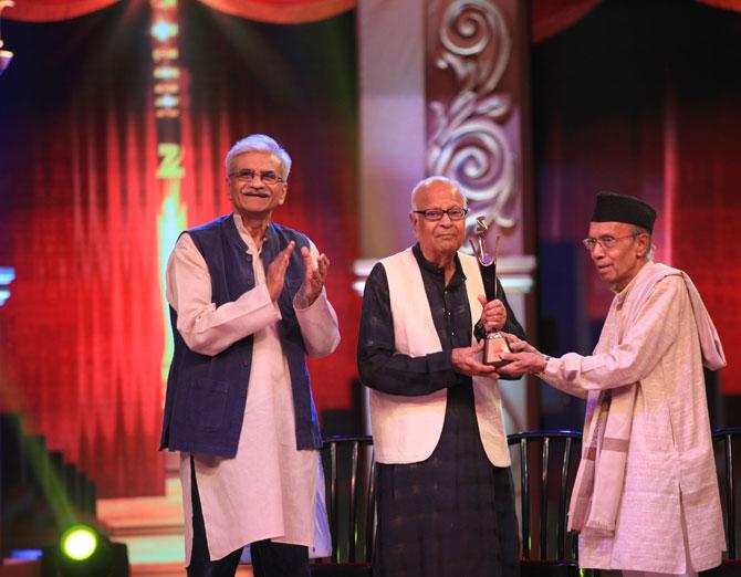 रामकृष्ण नायक यांना जीवनगौरव पुरस्काराने गौरविण्यात आले.