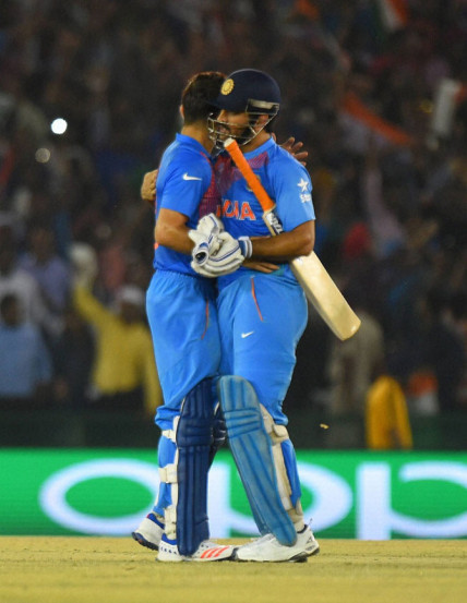 India's captain Mahendra Singh Dhoni (R) speaks with his teammate Virat Kohli. REUTERS