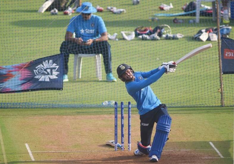विश्वचषकाच्या सुरूवातीला जामठात न्यूझीलंडविरुद्ध रचलेल्या फिरकीच्या जाळ्यात भारत स्वत:च फसला आणि हरला. मग कोलकातामध्ये आणि मोहालीत विराटच्या अद्वितीय खेळींच्या बळावर भारताने अनुक्रमे पाकिस्तान आणि ऑस्ट्रेलिया यांच्यासारख्या प्रतिस्पर्ध्यांना हरवले. (छाया- केविन डिसोझा)