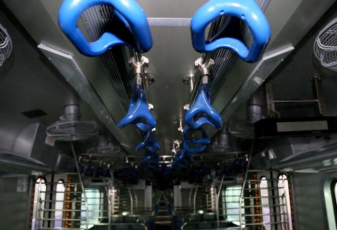 १२ डब्यांच्या या गाडीतील सहा-सहा डबे एकमेकांशी जोडलेले. लांब पल्ल्याच्या गाडय़ांप्रमाणे दुसऱ्या डब्यात जाण्यासाठी दोन डब्यांमध्ये जागा असेल. (छाया- अमित चक्रवर्ती)
