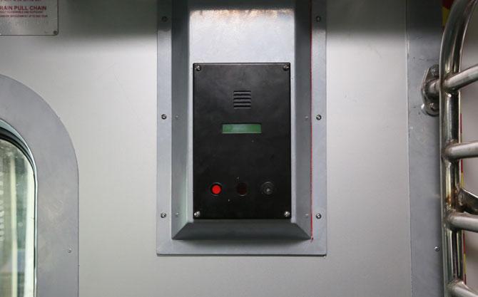 आणीबाणीच्या परिस्थितीत गाडीचे दरवाजे उघडण्यासाठी दरवाजाच्या वरच्या बाजूला एक कळ देण्यात आली आहे. ही कळ फिरवून दरवाजे उघडता येतील. (छाया- अमित चक्रवर्ती)