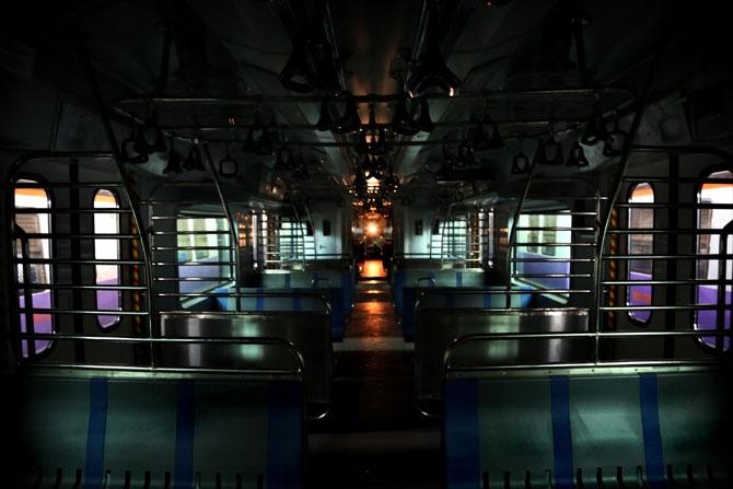सध्या धावत असलेल्या सिमेन्स तसेच बंबार्डिअर गाडय़ांच्या तुलनेत या गाडीची आसनक्षमता कमी आहे. सिमेन्स किंवा बंबार्डिअर या गाडय़ांमध्ये ११७५ प्रवासी बसू शकतात, तर ४९८४ प्रवासी उभ्याने प्रवास करू शकतात. वातानुकूलित लोकल गाडीमध्ये १०२८ प्रवासी बसून आणि ४९३६ प्रवासी उभ्याने असे एकूण ५९६४ प्रवासी एका फेरीत प्रवास करू शकतात. (छाया- अमित चक्रवर्ती)