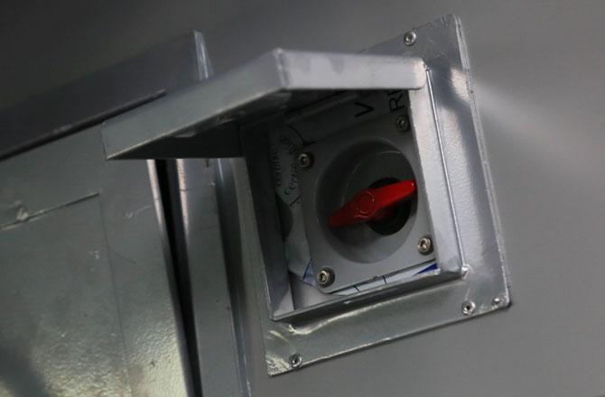 गाडी वातानुकूलित असल्याने स्वयंचलित दरवाजे हे या गाडीचे वैशिष्टय़ आहे. या गाडीचे दरवाजे स्वयंचलित असून त्याचा ताबा मोटरमन किंवा गार्डकडे असेल.(छाया- अमित चक्रवर्ती)