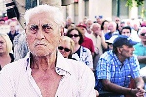 ग्रीसमध्ये वरिष्ठ नागरिकांची अवस्था कठीण बनली आहे.