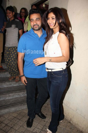 दुसरीकडे अभिनेत्री शिल्पा शेट्टी आणि तिचा पती राज कुंद्रा मुंबईतील एका चित्रपटगृहाबाहेर दिसून आले.