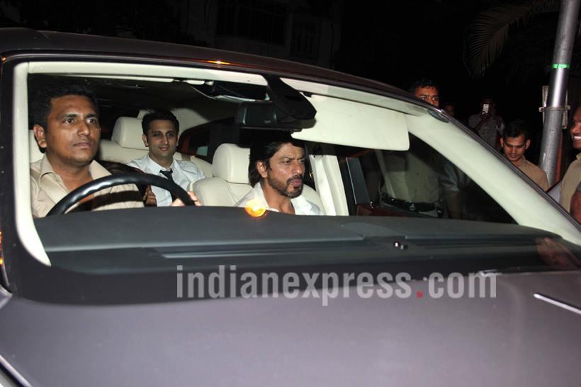 पार्टी संपल्यानंतर घरी परतताना अभिनेता शाहरुख खान. (छाया- वरिन्दर चावला)
