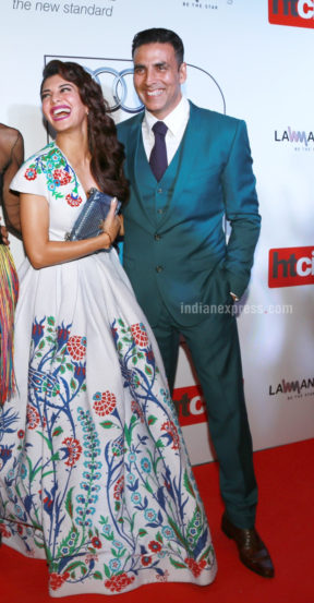बॉलीवूडचा 'खिलाडी' अभिनेता अक्षय कुमार याने ब्लू सूट आणि जांभळया रंगाची टाय परिधान केली होती. (छाया- एपीएच)