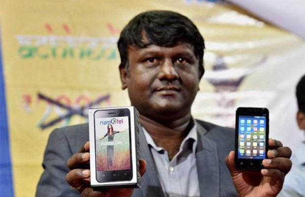 'नमोटेल अच्छे दिन' नावाचा हा फोन जगातील सर्वात स्वस्त स्मार्टफोन असल्याचा दावा फोनचे प्रमोटर माधव रेड्डी यांनी केला आहे. (छाया- पीटीआय)