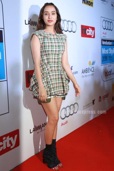 अभिनेत्री श्रद्धा कपूर हिने डायर्स रिसॉर्ट २०१६ कलेक्शनमधील चेक्स ड्रेस आणि हाफ लेन्थ बूट परिधान केले होते. श्रद्धा कपूर हिला मोस्ट स्टाईलिश यूथ आयकन पुरस्काराने सन्मानित करण्यात आले. (छाया- एपीएच)