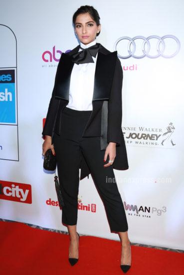 अभिनेत्री सोनम कपूर हिने डाइस कायेक ब्रँडचा स्प्रिंग कलेक्शनमधील सूट-बूट परिधान केला होता. सोनमने या अनोख्या कलेक्शनने उपस्थितांचे लक्ष वेधून घेतले होते. (छाया- एपीएच)