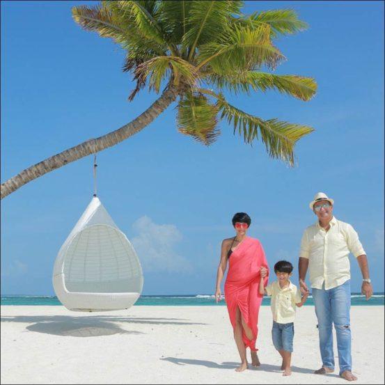 बॉलीवूड अभिनेत्री मंदिरा बेदी सध्या तिचे पती राज कौशल आणि मुलगा वीर यांच्याबरोबर मालदीवमध्ये सुट्ट्यांचा आनंद लुटत आहे. (Photo Source: Instagram)