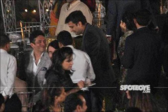 karisma-kapoor-and-sandeep-toshniwal-with-her-father-and-others-at-randhir-kapoors-70th-birthday-bash-7