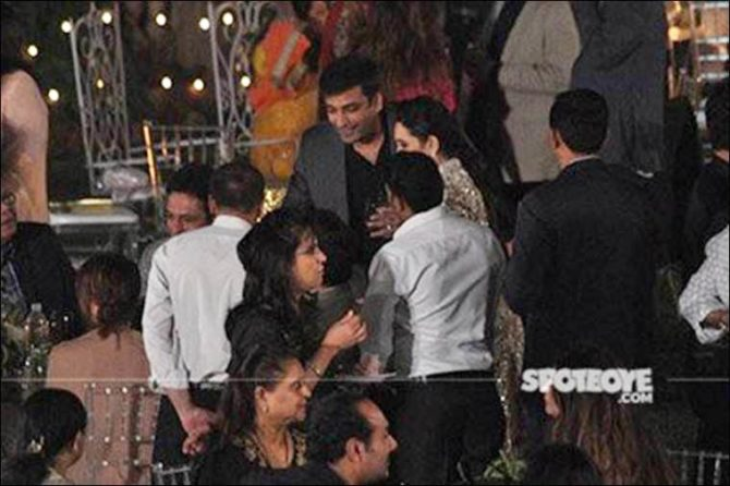 karisma-kapoor-introducing-sandeep-toshniwal-to-her-father-and-others-at-randhir-kapoors-70th-birthday-bash-6