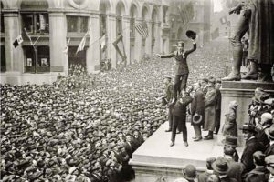 फोर मिनट मेन : अभिनेते-दिग्दर्शक चार्ली चॅप्लीन आणि डग्लस फेअरबँक्स. १९१८ साली न्यू यॉर्कमधील एका सभेत 'वॉर बॉण्ड' विकत घेण्याचे आवाहन करताना.