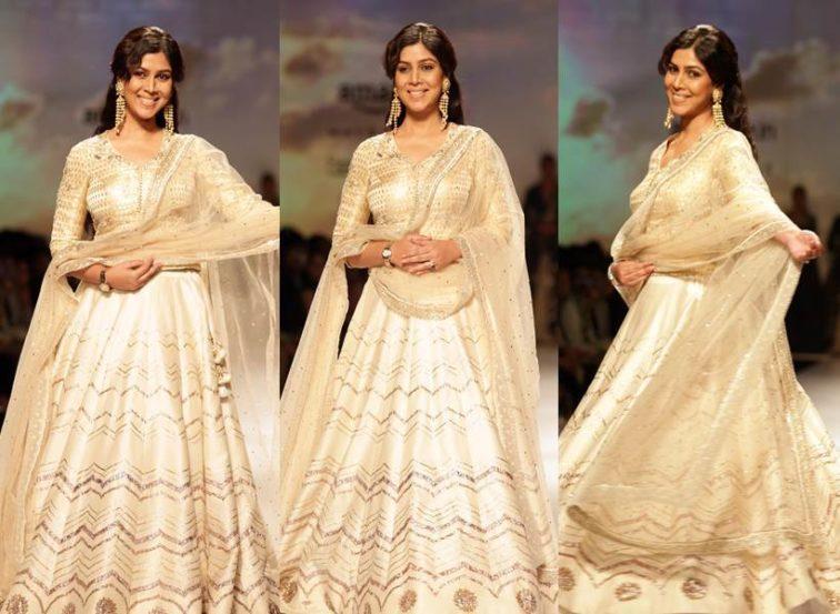 आमिर खानच्या दंगल चित्रपटात अप्रतिम अभिनय करणारी अभिनेत्री साक्षी तन्वर हिने डिझायनर अंजू मोदी हिच्यासाठी रॅम्प वॉक केला. (छाया सौजन्यः एपीच)