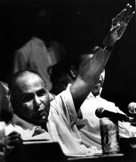 धीरुभाई अंबानी - रिलायन्स समुहाचे संस्थापक धीरुभाई अंबानींचा जन्म गुजरातमधील चोरवामध्ये झाला होता. त्यांचे वडील शाळेत शिक्षक होते. धीरुभाईंनी यमेनमध्ये एका पेट्रेल पंपावर काम केले होते. त्यानंतर मुंबईत त्यांनी मसाले आणि कपड्याच्या धाग्यांचा व्यापारदेखील केला. १९६६ मध्ये त्यांनी पहिल्यांदा अहमदाबादमध्ये स्वत:ची कपड्यांची कंपनी ऊभी केली. २००२ मध्ये त्यांचा मृत्यू झाला. त्यावेळी श्रीमंताच्या जागतिक क्रमवारीत ते १३८ व्या स्थानावर होते. (Source: Express Archive)