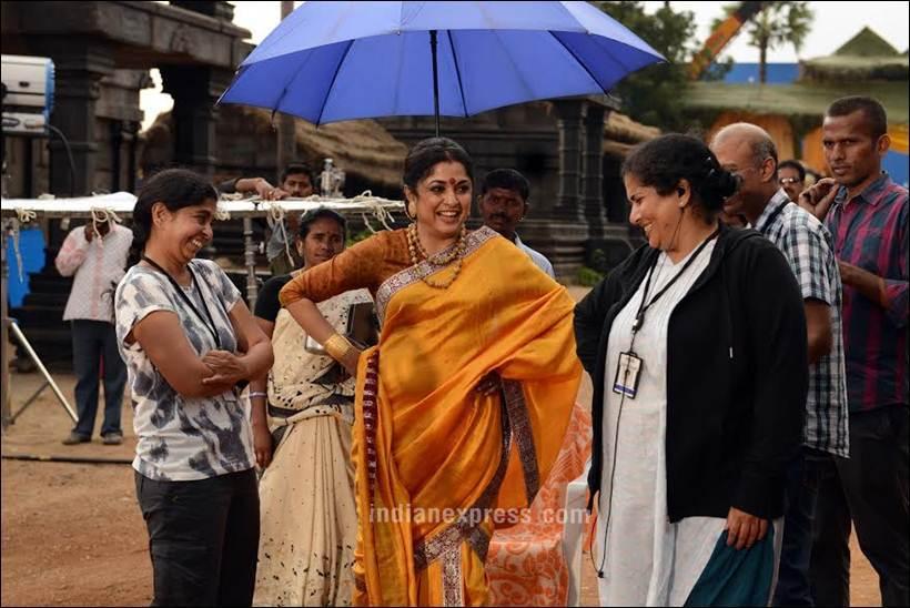 सेटवरील एका निखळ आनंदाच्या क्षणी शिवगामी देवी. बाहुबलीच्या पहिल्या भागात चित्रपटाच्या सुरुवातीलाच तिचा मृत्यू दर्शविण्यात आला होता.