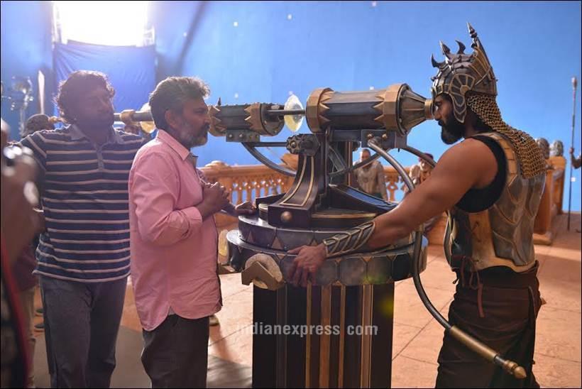 चित्रपटात भल्लालदेवाची भूमिका साकारणारा अभिनेता राणा डग्गुबती सेटवर युद्धाचा सराव करताना.