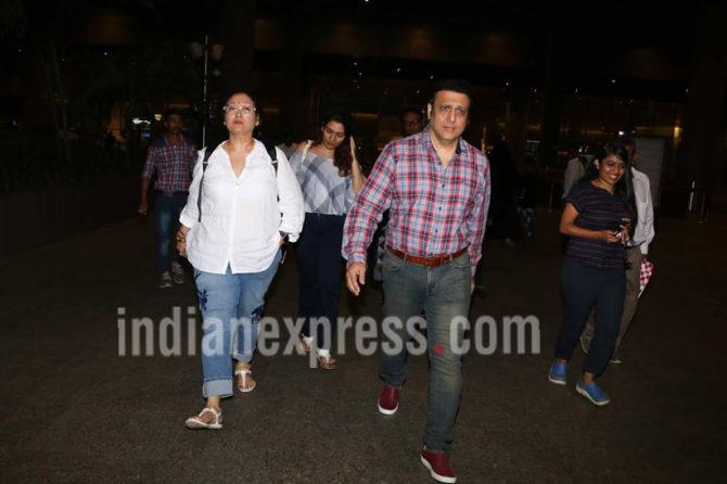 अभिनेता गोविंदा आणि पत्नी सुनिता यांना विमानतळावर पाहण्यात आले. (छाया- Varinder Chawla)