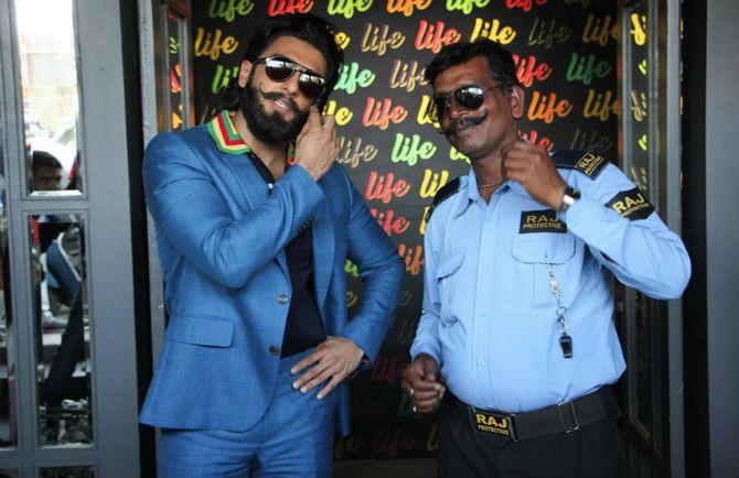 रणवीरसोबतच्या फोटोशूटचे सुरक्षा रक्षकही खूपच आनंदी झाल्याचे फोटोमध्ये दिसून येते. (छाया सौजन्य :  वरिंदर चावला)