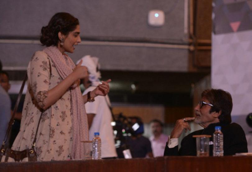 अमिताभ बच्चन यांच्यासोबत संवाद साधताना सोनम कपूर.