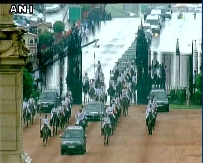 मावळते राष्ट्रपती प्रणव मुखर्जी आणि नियोजित राष्ट्रपती रामनाथ कोविंद हे राष्ट्रपती भवनाकडे निघाले असाताना