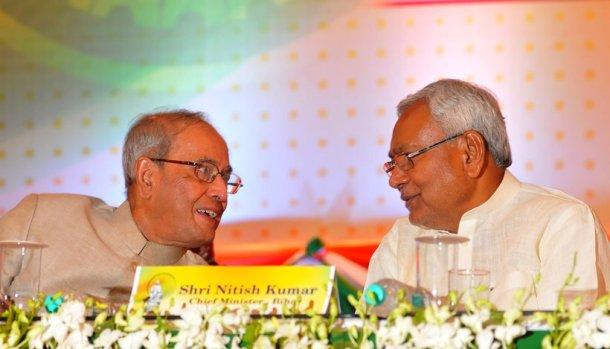 या सगळ्यादरम्यान रुग्णालयात उपचारांसाठी दाखल झालेले राज्यपाल केशरीनाथ त्रिपाठी पुन्हा राजभवनात आले. नितीश कुमार, सुशील मोदी राजभवनात पोहचले.
